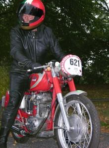 Willi ist mit 80 Jahren auf seiner Ducati Mach 1 am Start